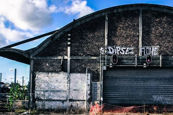 Au cœur du projet : la friche Freyssinet. Cette halle de 8000 m² est inoccupée depuis plus de quinze ans et fermée au public depuis des décennies.