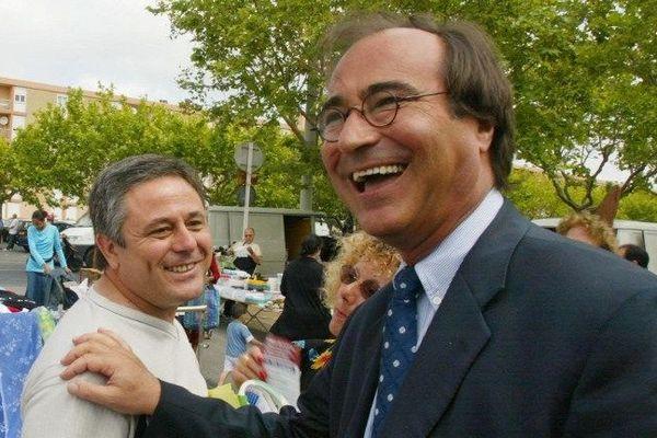 Le maire UMP de Sète en campagne en 2002 sur un marché. Archives