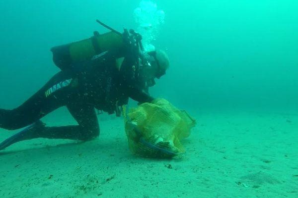 Beaucoup de travail pour les plongeurs chargés de nettoyer les fonds sous-marins.