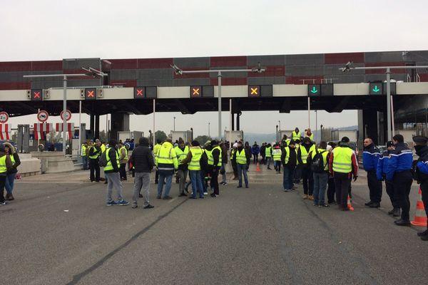 Au péage de Limas à Villefranche-sur-Saône les routiers sont appelés à soutenir le mouvement