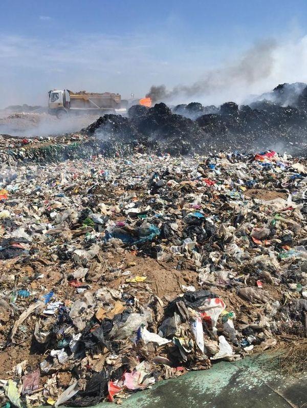 Des tonnes de papiers, de cartons et de plastiques souillés: ces déchets, issus des ordures ménagères, ne peuvent plus être recyclés. En temps normal, ils sont stockés sur ce site de l'Agglo de Béziers, géré par Véolia, avant d'être enfouis sous terre.