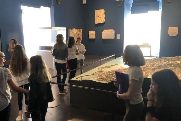 Les élèves de Simon Vinciguerra et de l'Annonciade explorent les salles du musée de Bastia à la recherche d'indices