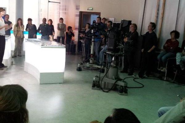 Les salariés de France 3 Languedoc-Roussillon rassemblés en assemblée générale dans le studio de Montpellier