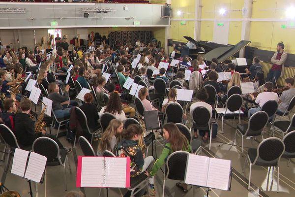 """25 août 2020 : répétitions de 250 jeunes musiciens à Verneuil-sur-Avre avant la fin du festival """"Etoiles symphoniques""""."""