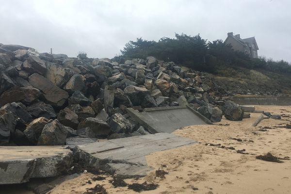Plage du pont à Saint-Malo et enrochement de la digue qui s'est écroulée pendant la tempête Eleanor, en prévention des grandes marées