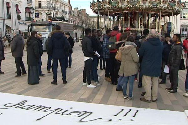 Rassemblement de jeunes mineurs étrangers à Orléans le 3 février 2017. Malgré leur statut de sans-papiers, l'un deux vient d'obtenir la médaille d'or du meilleur apprenti zingueur de France.