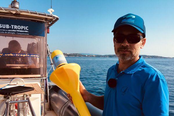 Le chercheur Yann Ourmières dépose des bouées connectées en mer afin d'étudier les courants marins - Septembre 2018