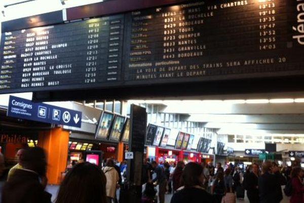 Affluence dans les gares parisiennes lors de départs en vacances