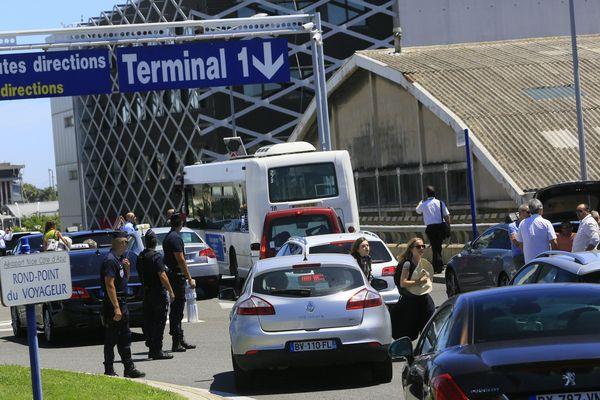 À la suite des gardes à vue, les taxis niçois ont appelé à un rassemblement à l'aéroport international de Nice.