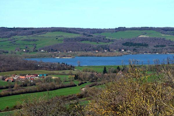 Le lac de Panthier et le hameau des Bordes vus depuis Châteauneuf