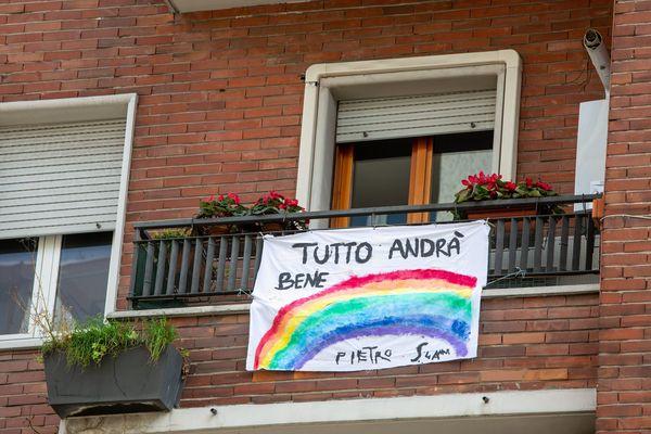 Un message d'optimisme dans ce contexte de coronavirus pendu au balcon d'une habitante de Milan.