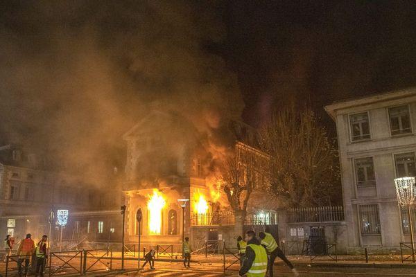 Les responsables présumés de l'incendie de la préfecture du Puy-en-Velay seront entendus lundi 20 janvier devant le tribunal correctionnel.
