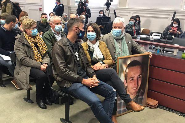 Les proches d'Arthur Noyer sont arrivés dans la salle d'audience avec sa photo en grand format.