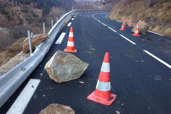 Un bloc de rocher est tombée dans la nuit de lundi à mardi 9 janvier 2018 sur RN 116 non loin de Fontpédrouse dans les Pyrénées-Orientales.