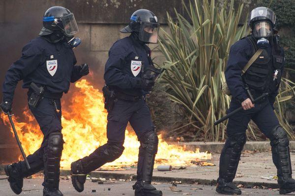 La violence contre les policiers et gendarmes sur le terrain est aussi relayée sur les réseaux sociaux.