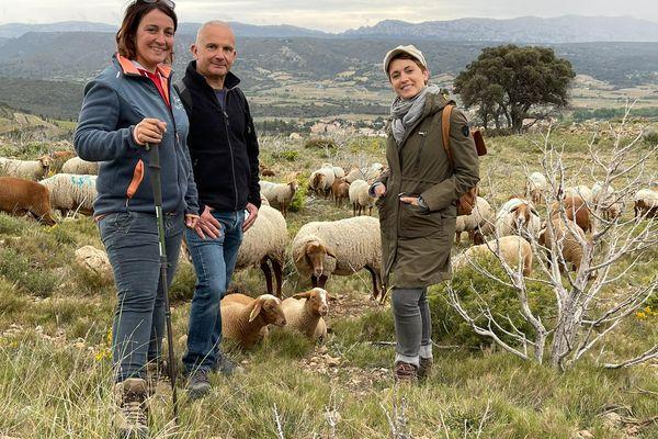 Sophie Jovillard sur les terres des Corbières avec Fanny Wlodaz, bergère passionnée qui participe à la renaissance du pastoralisme dans ce coin de l'Aude et David Maso, chef d'entreprise qui oeuvre à la restauration des châteaux du Pays Cathare.