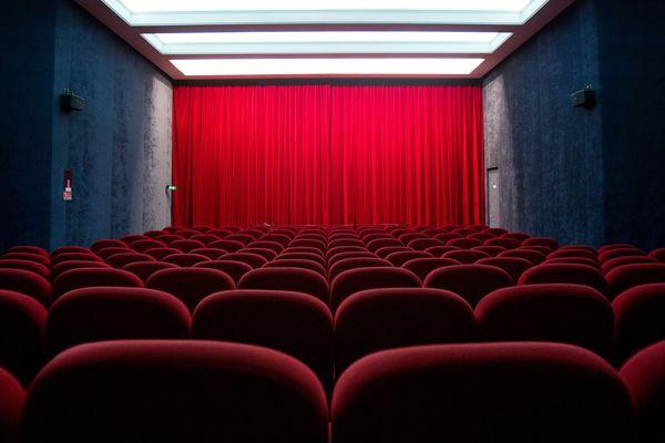 Une rangée de sièges dans un cinéma parisien - Photo d'illustration