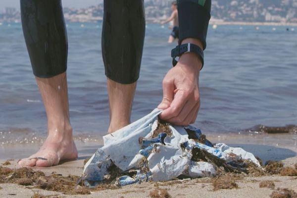 Des déchets ramassés sur la plage et valorisés. Une partie des plastiques servira à réaliser des bijoux.