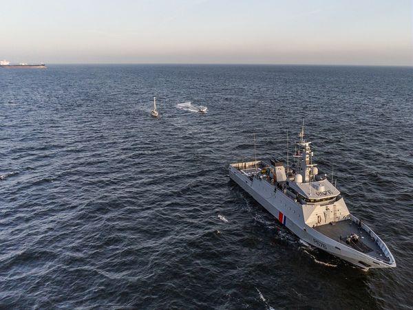 Le voilier a été remorqué par le patrouilleur de service public Flament de la Marine nationale jusqu'au port de Calais.