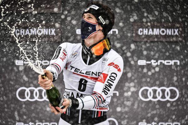 Clément Noël célèbre sa victoire sur le podium après la deuxième manche de l'épreuve de slalom de la Coupe du monde de ski alpin.