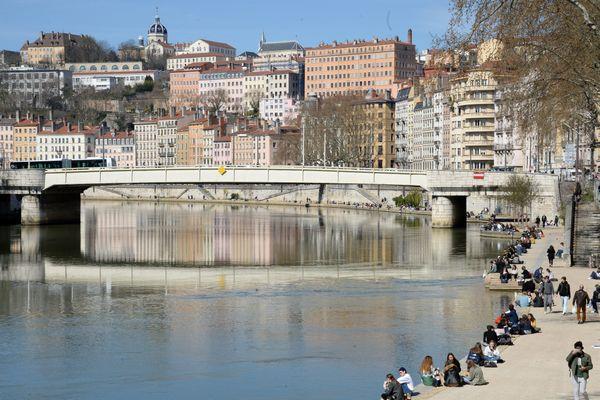A Lyon, les quais de la Saône, côté Presqu'île, un lieu de rassemblement et de rendez-vous pour la jeunesse lyonnaise