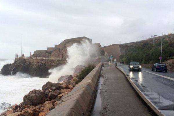 La mer est très agitée avec des creux de 5 m au large de Sète où le trafic maritime a été interrompu le 13 octobre 2016 en raison de la vigilance orange pluie inondation.