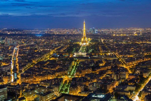 Paris, vue du ciel, de nuit.