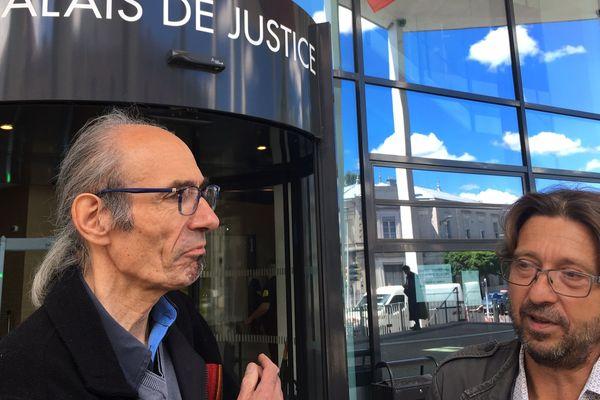 De gauche à droite : Philippe Muraille, retraité et Nicolas Guérini, restaurateur, devant le Palais de justice de Bourg en Bresse. Ce dernier a dit ne rien regretter.