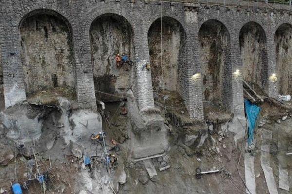 Le mur à arcatures de Fontan en travaux après des mouvements de terrain. Le trafic jusqu'à Tende est interrompu et ne reprendra pas avant le printemps.