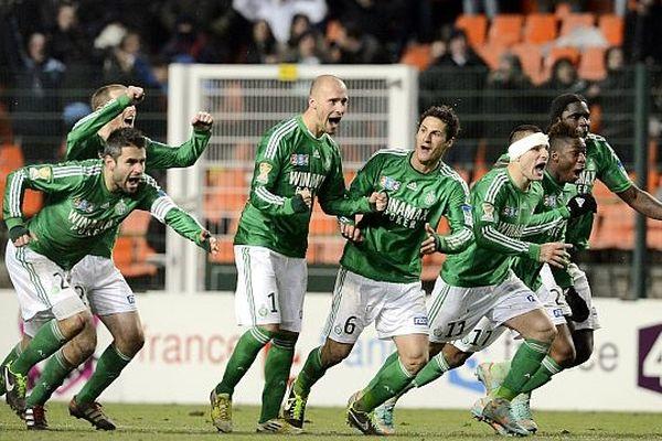 Les Verts exultent après le dernier tir au but qui les propulse en finale de la Coupe de la Ligue. Ce sera Rennes ou Montpellier qui jouent ce soir.
