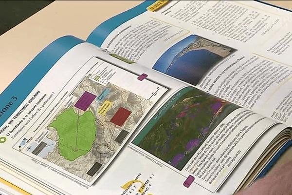 Un manuel scolaire de géographie en langue corse.