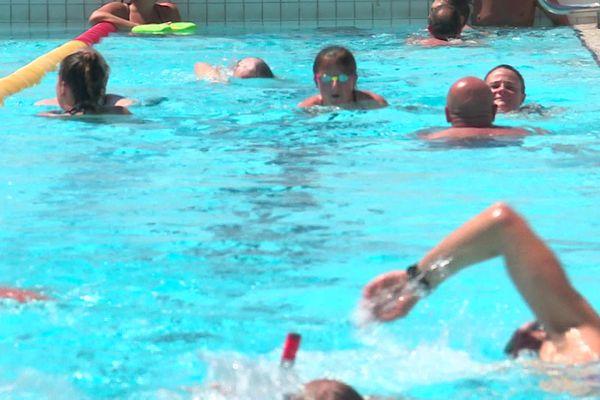Les bassins débordent de nageurs à la piscine de l'île Lacroix à Rouen