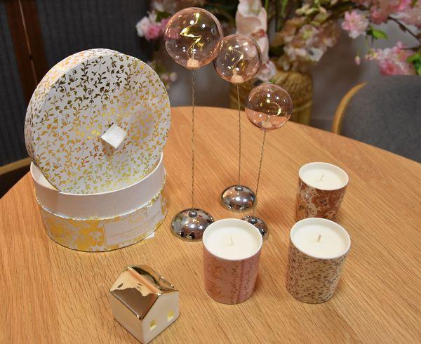 """Proposition de d'objets de décoration pour la table de Noël 2019 """"cado-déco"""", ambiance jeux de lumières, à petit prix, par Véronique de Ver'Autre Chose."""