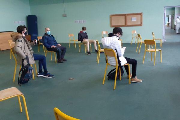 Salle d'attente des résultats des tests Covid-19 au lycée Alfred Mézières de Longwy.