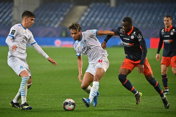 Boubacar Kamara au centre de l'image au prise avec un défenseur Montpelliérain le 10 avril 2021