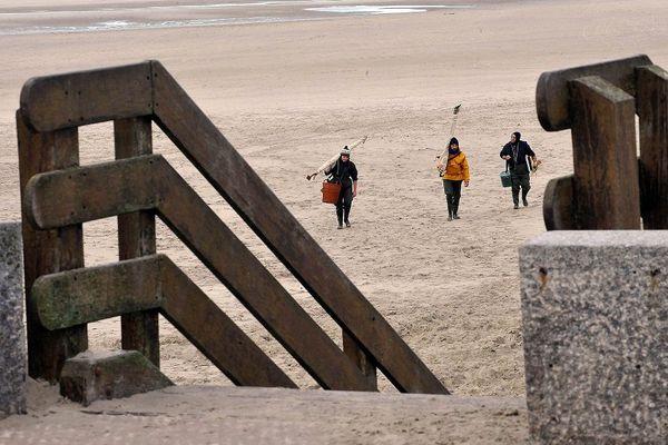 Des pêcheurs remontent la plage de Berck-sur-Mer