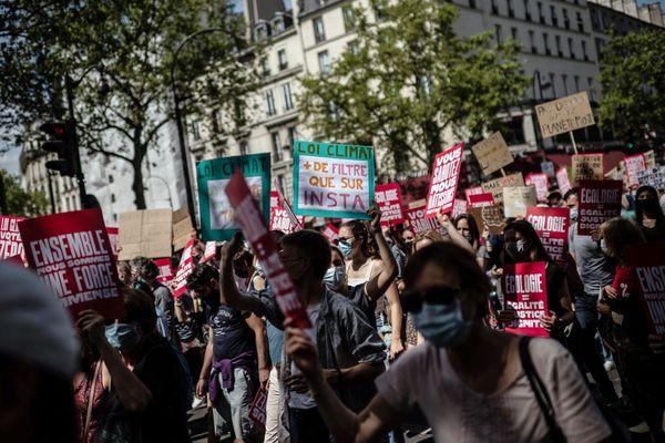Plusieurs dizaines de milliers de personnes ont participé à la Marche pour le climat à Paris ce dimanche.