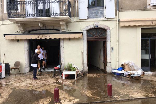 Les habitants évacuent la boue qui s'est infiltré à l'intérieur.