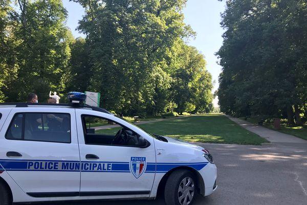 L'accès au parc est fermé par la Police Municipale. Tout le parc a été évacué à la suite de l'accident.