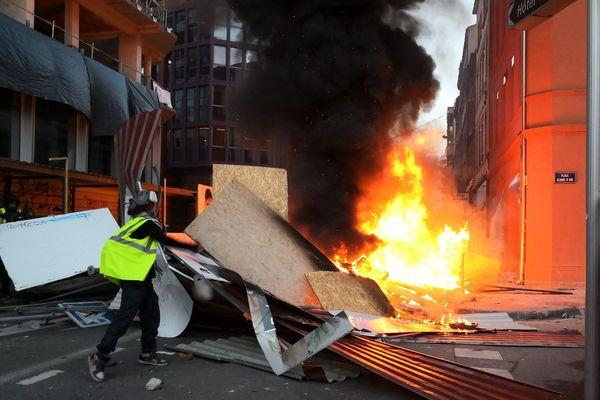Des barricades et des feux ont été installés toute l'après-midi, place Jeanne d'Arc
