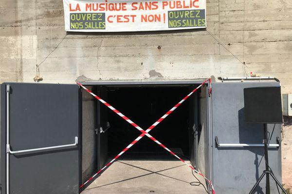 """""""La musique sans public c'est non"""" proclame la banderole installée à l'entrée du VIP de Saint-Nazaire"""