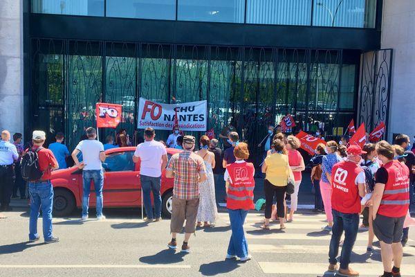 """FO est le premier syndicat à manifester sa volonté de voir revaloriser les salaires des personnels soignants de 300 euros par mois et d'attribuer une prime """"covid"""" de 1500 euros à l'ensemble des soignants"""