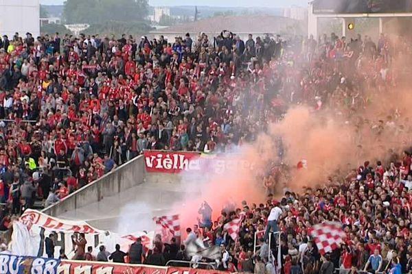 Les Crocos acclamés par une foule en délire, vendredi soir au Stade des Costières, à Nîmes, lors du match de L2 contre Lens, gagné 4 buts à 2.