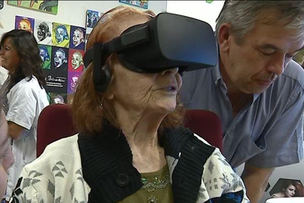 A 93 ans, Ida teste la réalité virtuelle pour la première fois.