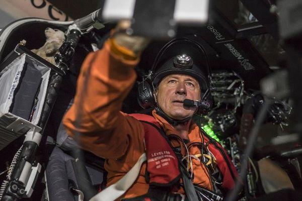 Avec plus de 60 heures en solitaire à bord de l'appareil, le pilote André Borschberg a déjà réalisé un exploit inédit, même s'il lui reste encore presque autant à tenir dans son cockpit exigu.