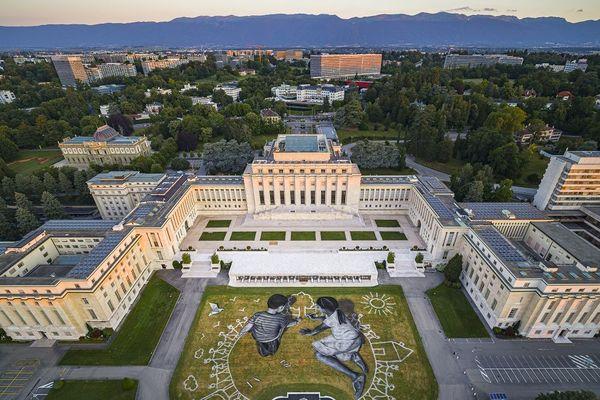 """Vue aérienne de l'oeuvre """"World in progress"""" de Saype qui a été inaugurée à Genève le 26 juin 2020."""