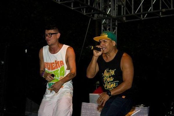 Le groupe Crew Peligrosos pendant un concert fin juin 2014, en Colombie