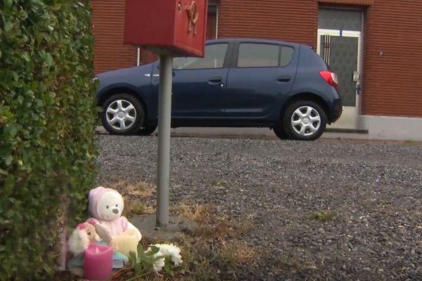 Des peluches ont été déposée devant la maison où a eu lieu le drame à Erquelinnes (Belgique)