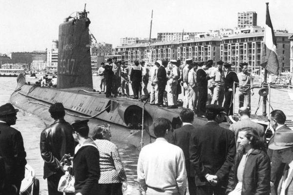 """Cette photo prise en 1965 montre le sous-marin """"La Minerve"""" dans le port de Marseille. """"La Minerve"""" a disparu le 27 janvier 1968 du côté de Toulon avec 52 membres à bord"""