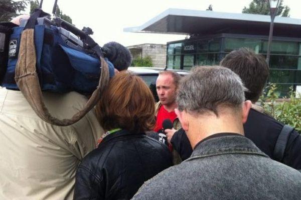 Mickaël Gallais, CGT - PSA Rennes interviewé par les journalistes